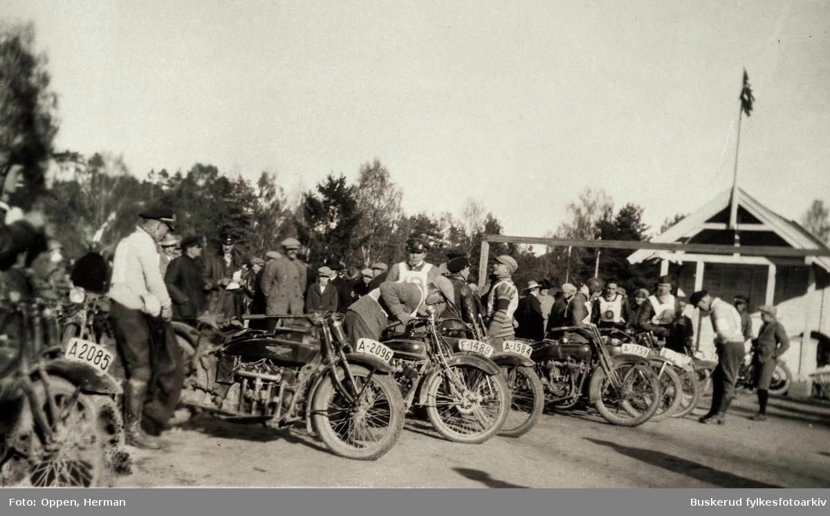 Motorsykkel race  på Benterud stadion i Hønefoss. 1924 Deltagerne