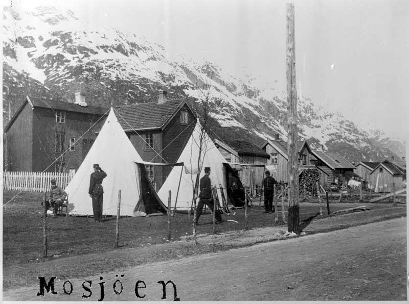Militærtropp har slått leir i Mosjøen. Bildet viser en post på hjørnet av Kirkegata og Petter Dass gate.