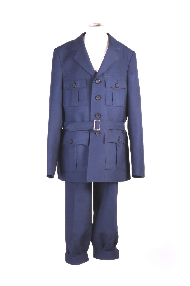Guttedress bestående av knebukse og jakke.