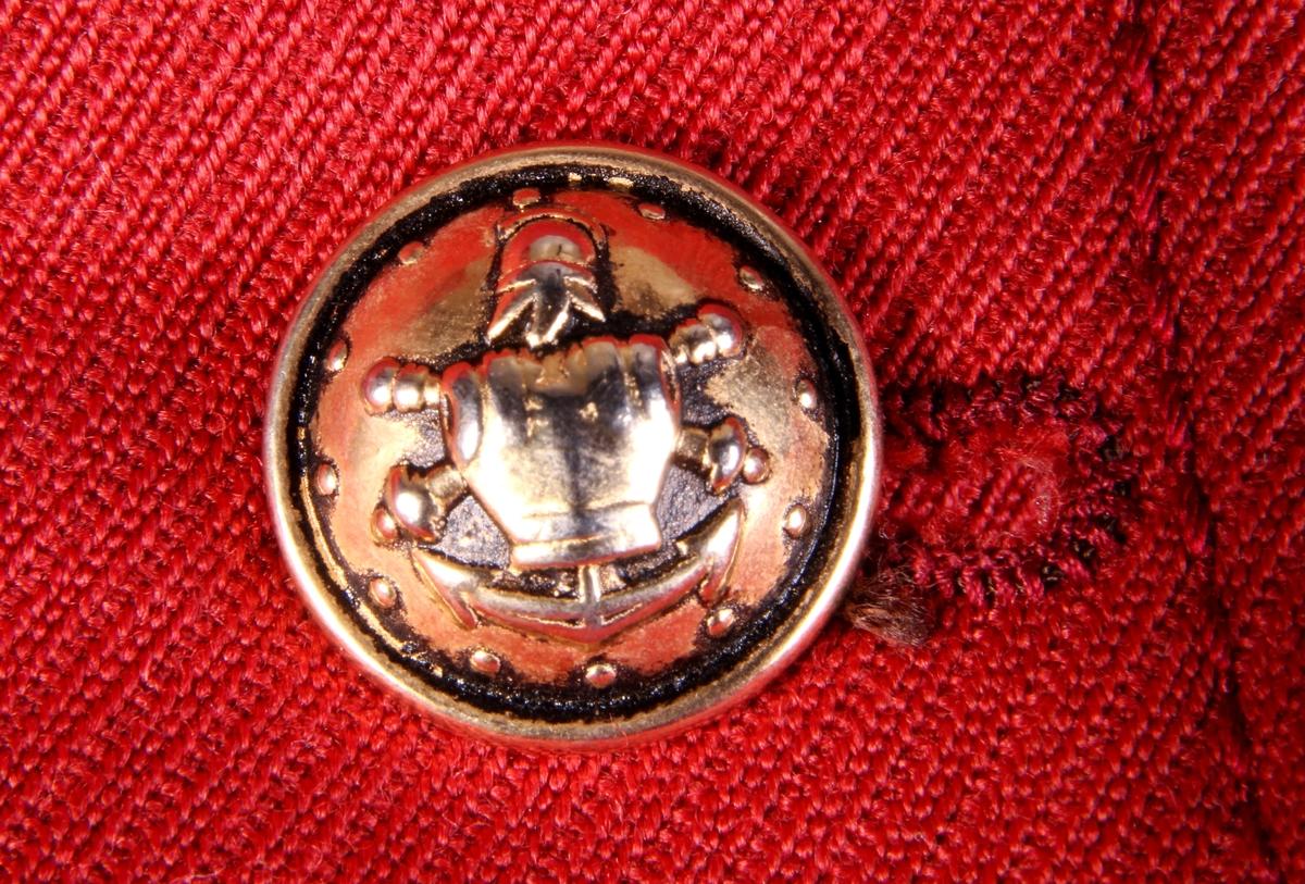 Rød dressjakke med messingknapper.