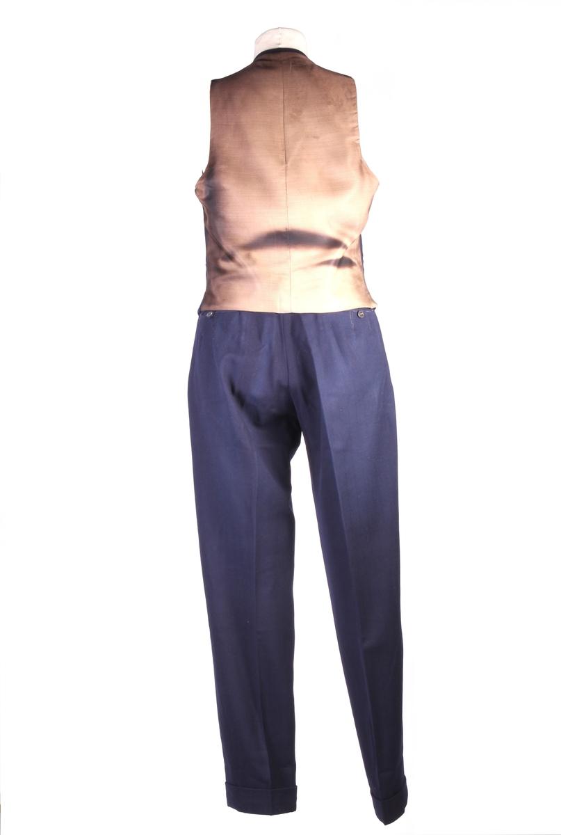 Herreantrekket består av vest og bukse