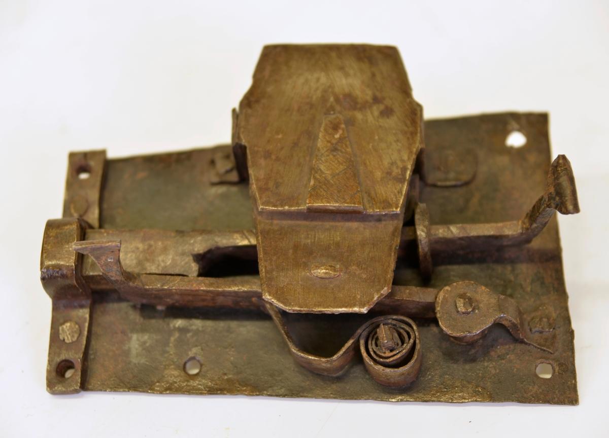 Enligt givarens uppgift har låset varit i bruk i en gammal fastighet i kv. Gustaf,  Alingsås.