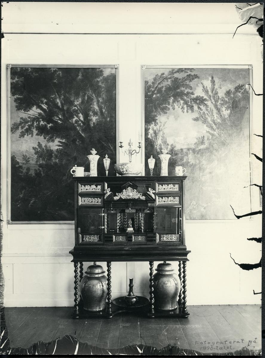 Arboga sn, Älholmen. Interiör från Älholmen (Ellholmen), 1890-tal. Kabinettskåp, urnor, tavlor m.m.