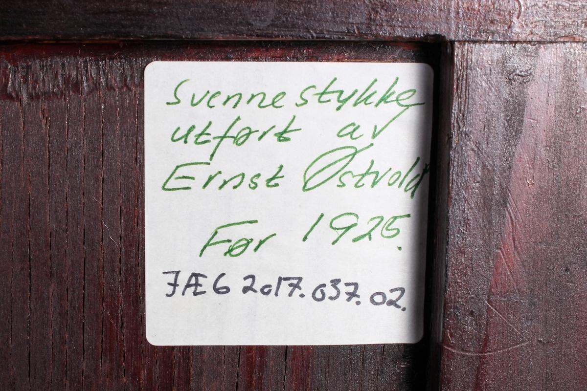 Konsoll med rom og skuff. Svennestykket til Ernst Østvold.