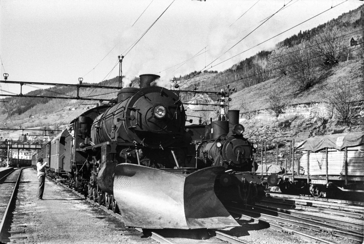 Damplokomotiv type 31b nr. 429 med ekstratog retning Ål. tog 7650, i anledning hjemreisen 2. påskedag. Til høyre damplok type 25d nr. 424.