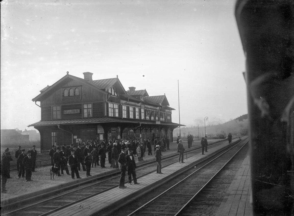 Första Lapplandsexpressen Tvåvånings stationshus av timmer, byggt av SJ. Arkitekt Folke Zettervall. Den 19 juni 1903 avgick Lapplandsexpressen, det första snabb- och lyxtåget till Lappland från Stockholms Central. Tåget bestod av två sovvagnar i första klass, en salongsvagn, en restaurangvagn och en tredjeklassvagn för betjäningen. Lapplandsexpressen avgick klockan fyra på eftermiddagen från Centralen. 48 timmar senare var tåget framme i Narvik