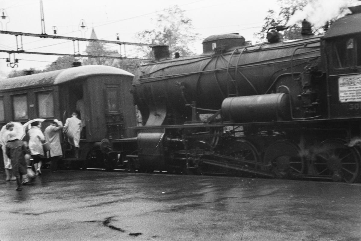 Damplokomotiv type 33a nr. 300 med persontog på Fjøsanger stasjon.