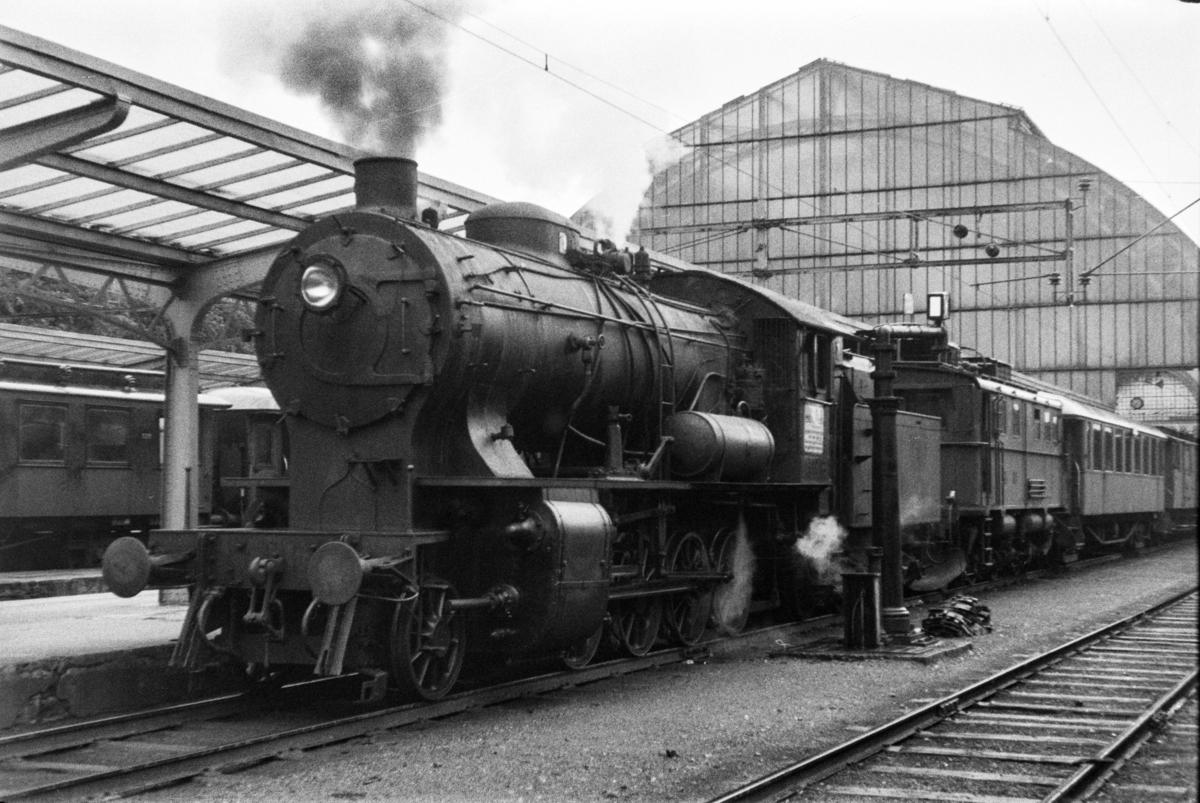 Damplokomotiv type 33a nr. 300 med persontog retning Voss, tog 618, på Bergen stasjon. Elektrisk lokomotiv type El 9 nr. 2063 medfulgte toget.