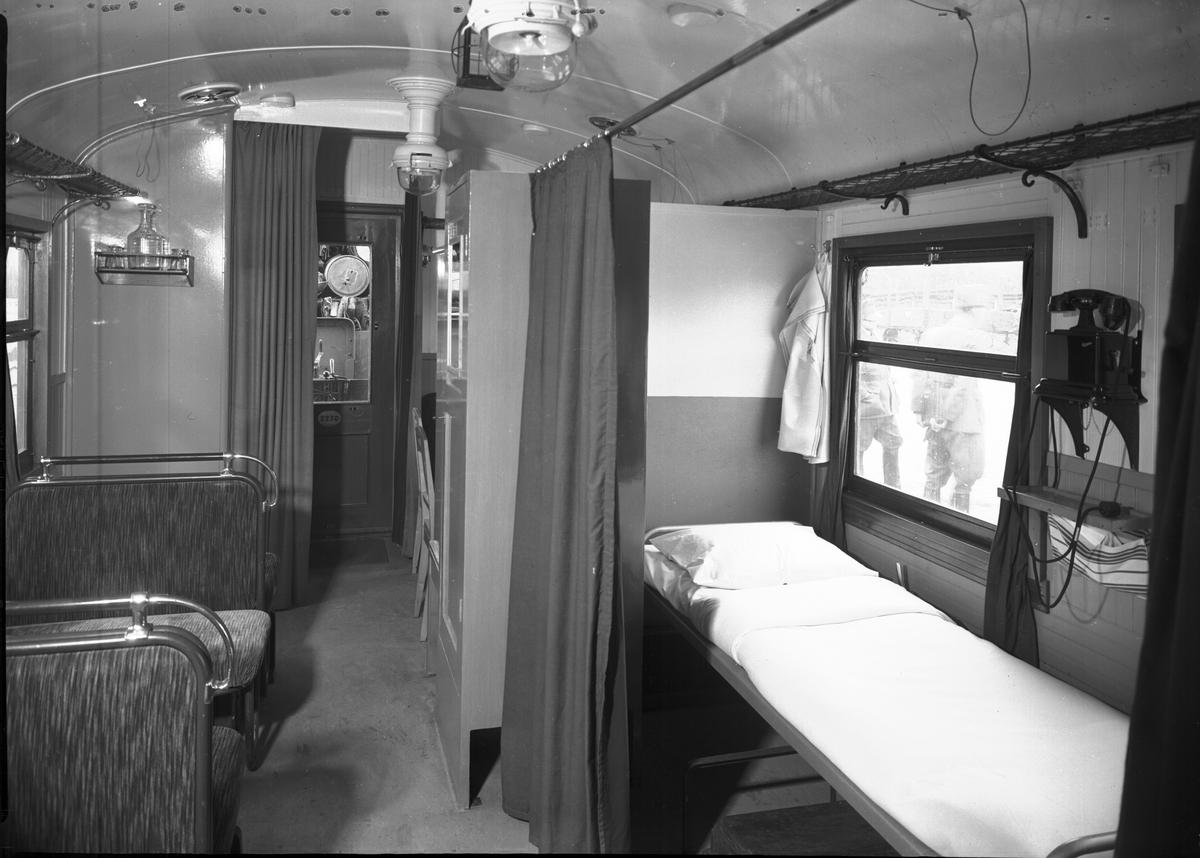 Arméns sjukhuståg. Expeditions- och sjukvagn. Sovavdelning till expeditionen. Äldre Ericsson-telefon på väggen.