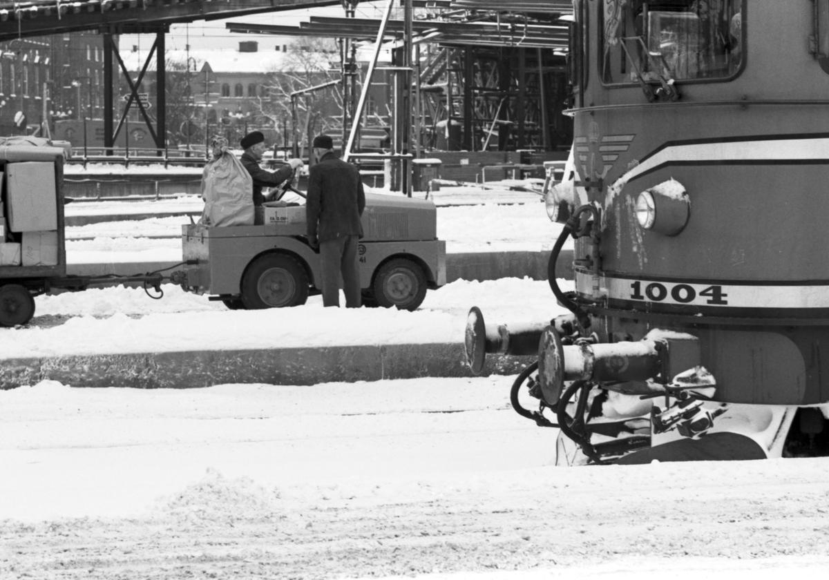 Jultrafiken vid Centralstationen. Statens Järnvägar SJ Kalmar Motor bagagetruck. Statens Järnvägar SJ Rb2 1004.