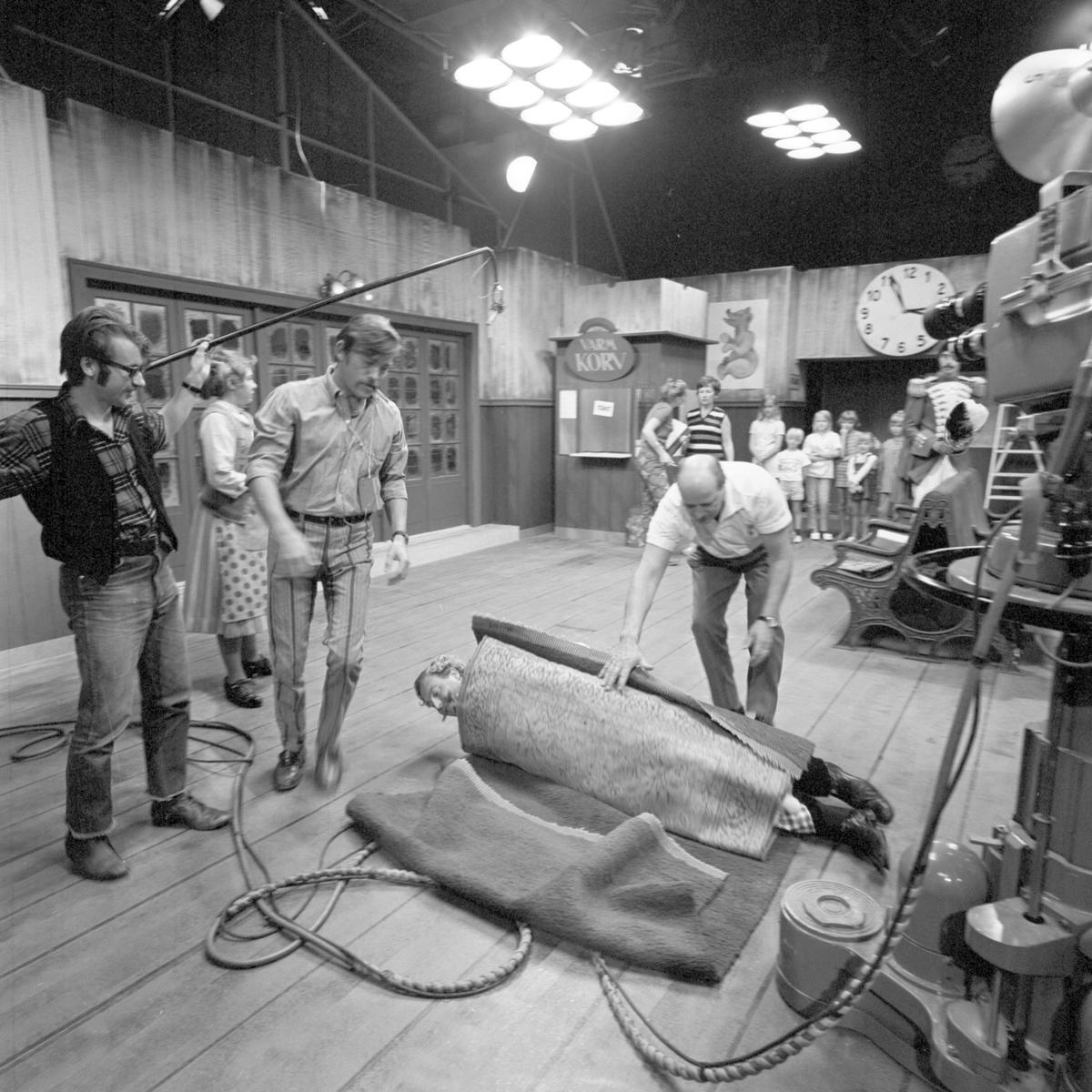 Studiomän och skådespelare under TV-inspelning