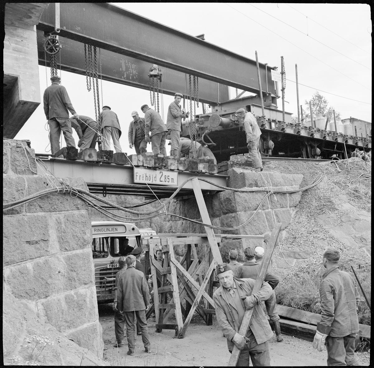 Överbyggnaden bytes på viadukten i Rödsta, på sträckan mellan Sollefetå och Långsele.