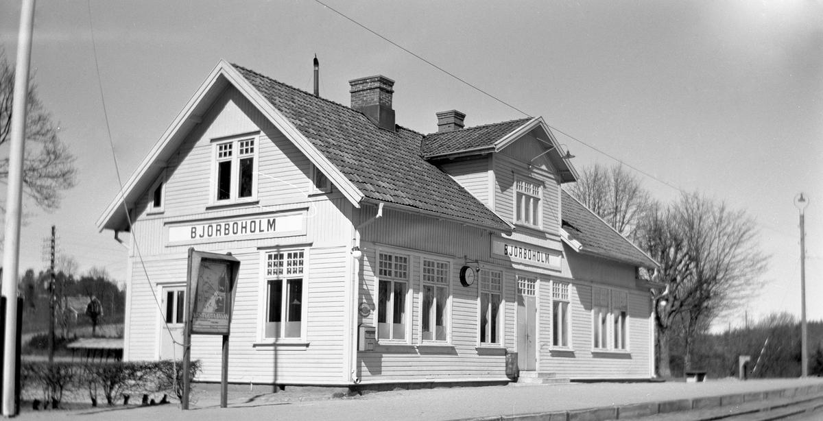 Trafikplats anlagd 1899. Stationshus i en och en halv våning i trä. 1937 företogs en utbyggnad för att skaffa plats för Pressbyråns kiosk och en bostadslägenhet