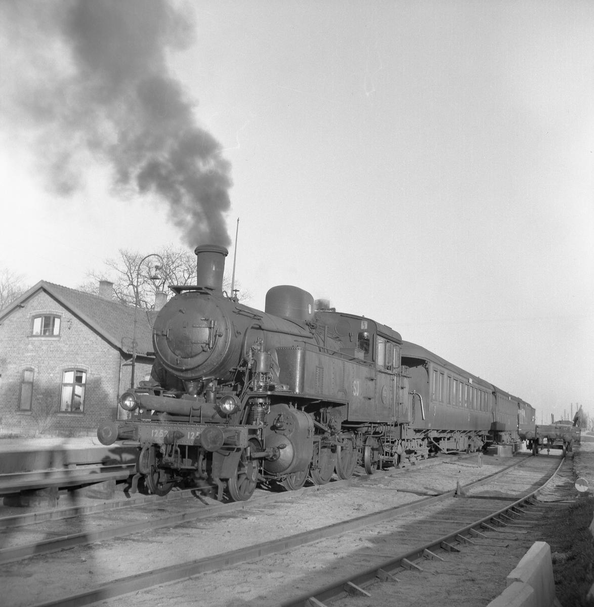 Statens Järnvägar, SJ S 1252 med persontåg.
