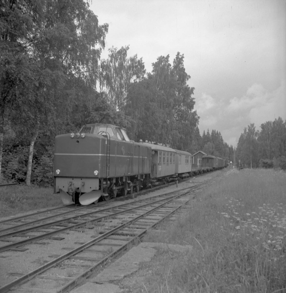 Statens Järnvägar, SJ Tp 3518 med tåg.