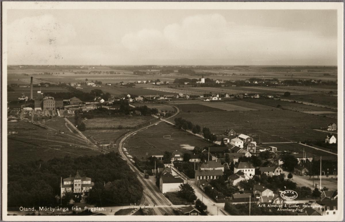 Flygfoto över Mörbylånga, i främre delen ses järnvägsstationen och högre upp till vänster sockerfabriken.
