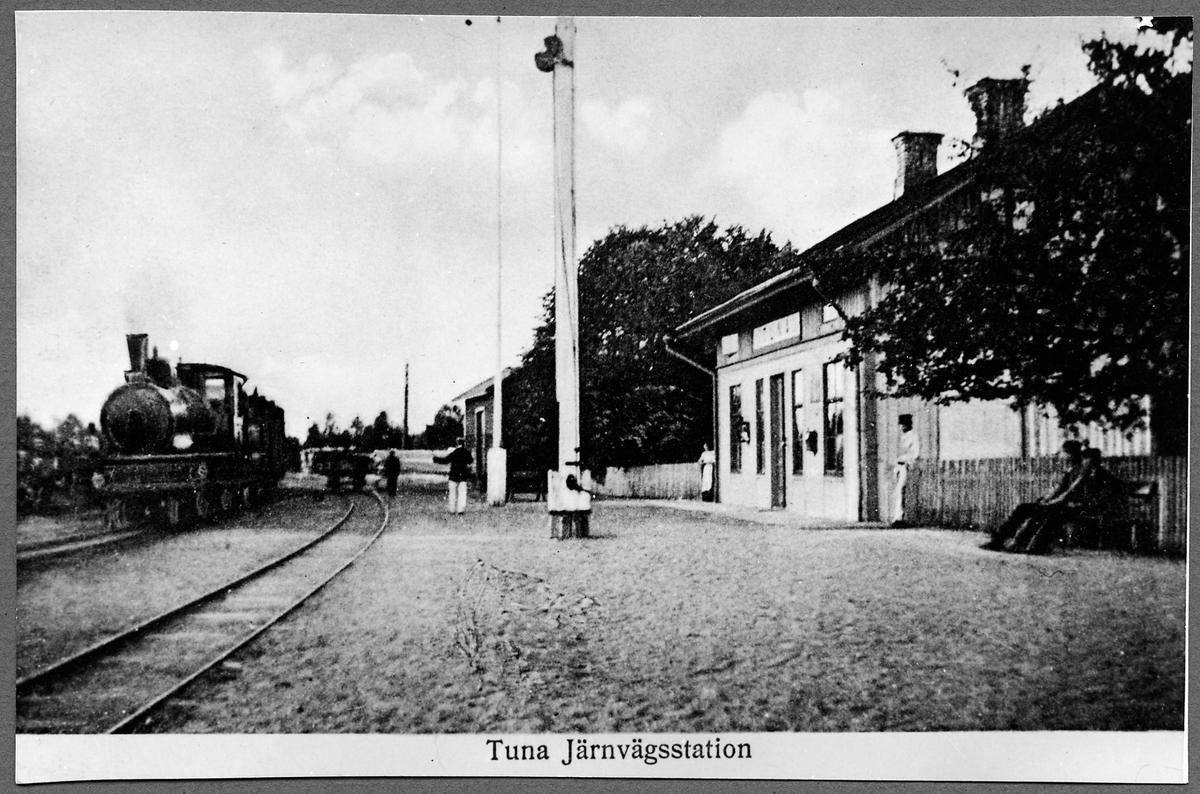 Tuna Järnvägsstation. Hultsfred - Västerviks Järnvägar, HWJ 22 Ånglok.