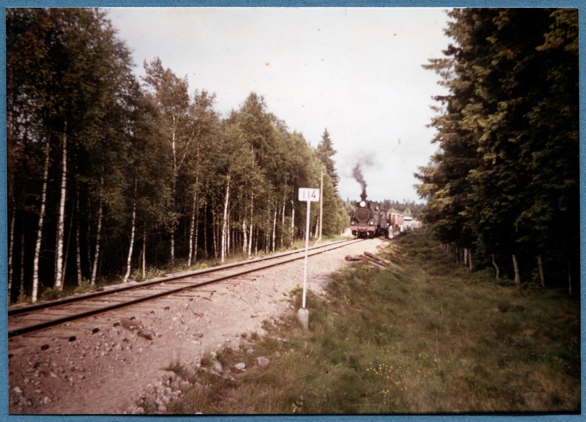 Godståg drivet av Statens Järnvägar, SJ Gp 3118 på linjen mellan Dädesjö och Brittatorp.  Loket är före detta Västergötland - Göteborgs Järnvägar, VGJ lok 21.