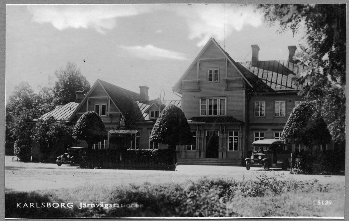 Järnvägsstationen i Karlsborg sett från vägsidan.