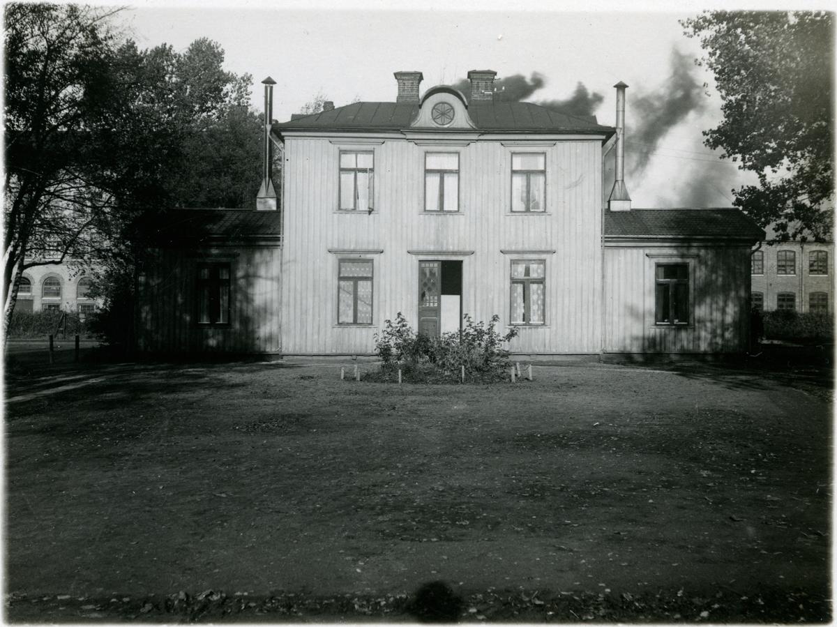 Lidköping Västra. Station i bruk till bron kom 1893, därefter blev stationshuset, två våningar i trä, bostadshus. Revs 1954. I februari 1950 blir Lidköpings Västra station igen då isen tagit bort bron, Väntsal blir en smalspårig personvagn