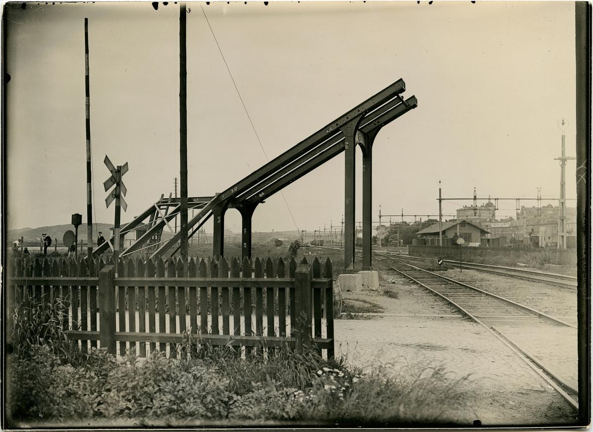 Stationen öppnades 1876 för godstrafik och 1881 för persontrafik. Statens Järnvägar och Bergslagernas Järnvägar byggde 1877 stationshuset för föreningsstationen. Det revs 1929 och ersattes av ett nytt, alldeles intill det äldre. Olskroken nedlades 1980 för persontrafiken. På bilden syns gångbro vid norra uppfarten.