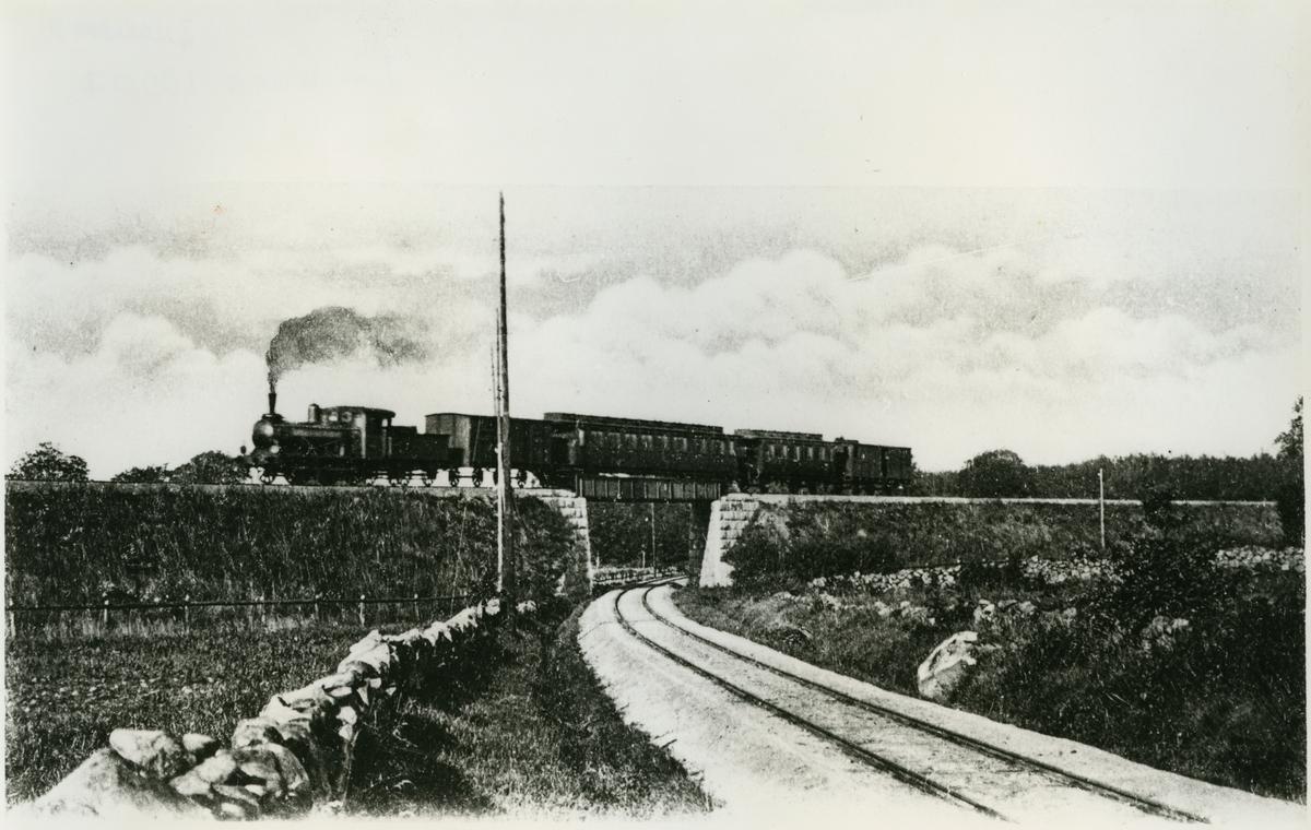 Järnvägsviadukten vid Sölvesborg. Sölvesborg-Kristianstads Järnväg, SCJ. Älmhultståget kommer.