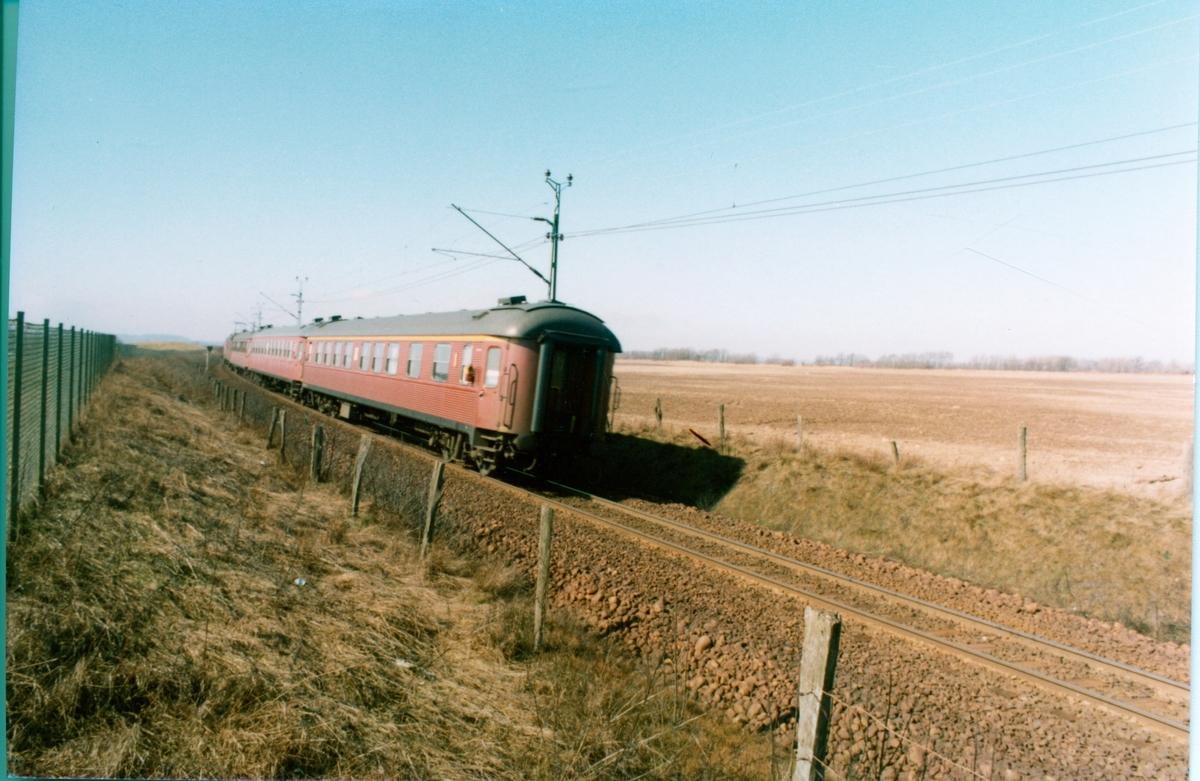 På linjen mellan Halmstad N och Falkenberg Statens Järnvägar, SJ Rc, 1- klass vagn Ao2 sist i tågsättet.