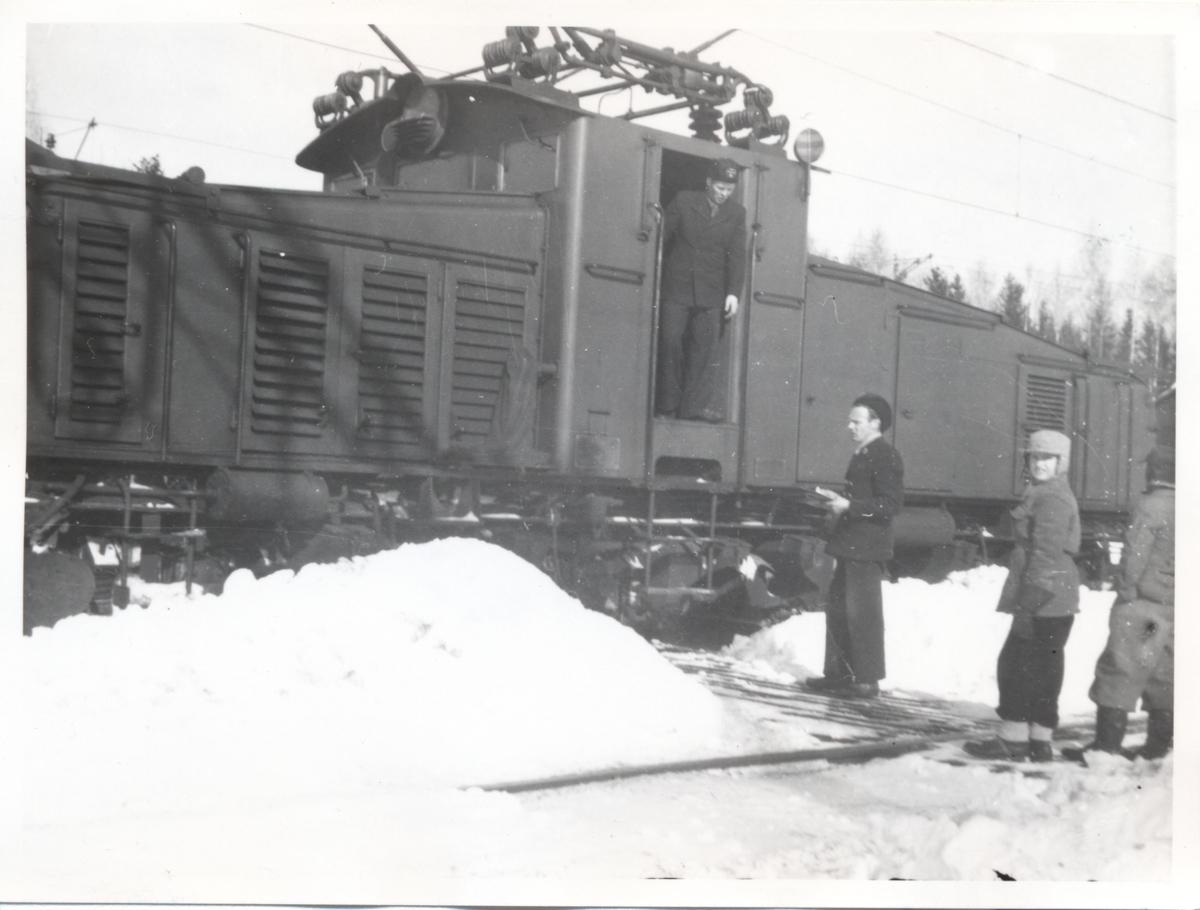 Statens Järnvägar, SJ Hg. Trafikbiträdet Thalander delger order till personalen.