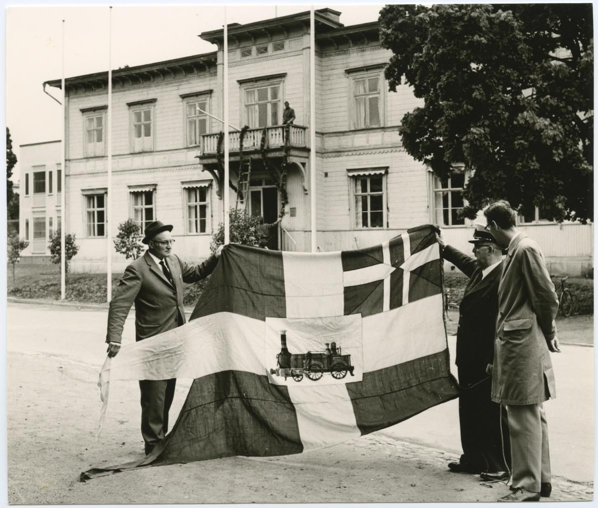 Söderhamns Stationshus .100-årsdagen .  Personal uppvisande av flagga.