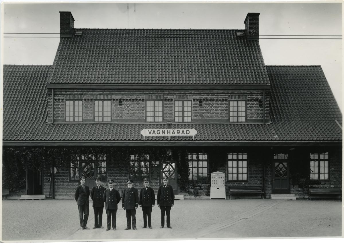 Gruppfoto utanför stationshuset av personalen i Vagnhärad.
