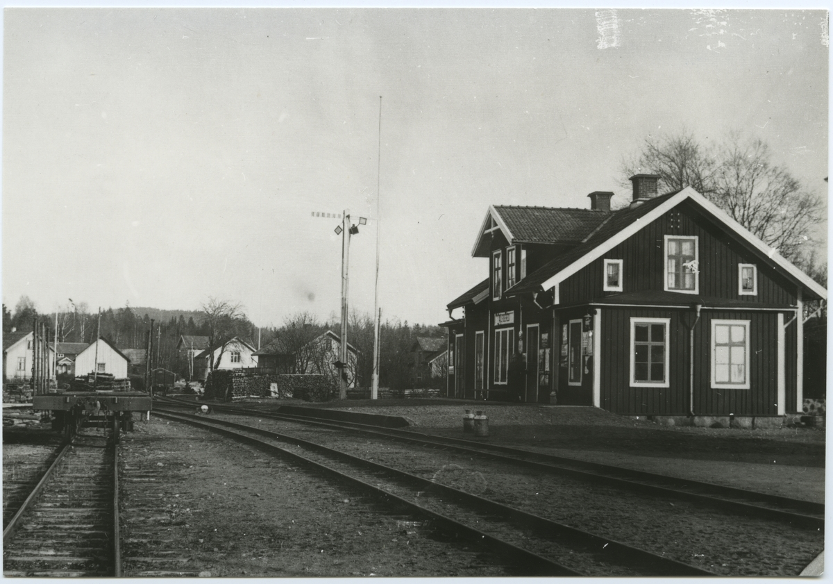 Älvsereds stationshus från spårsidan.