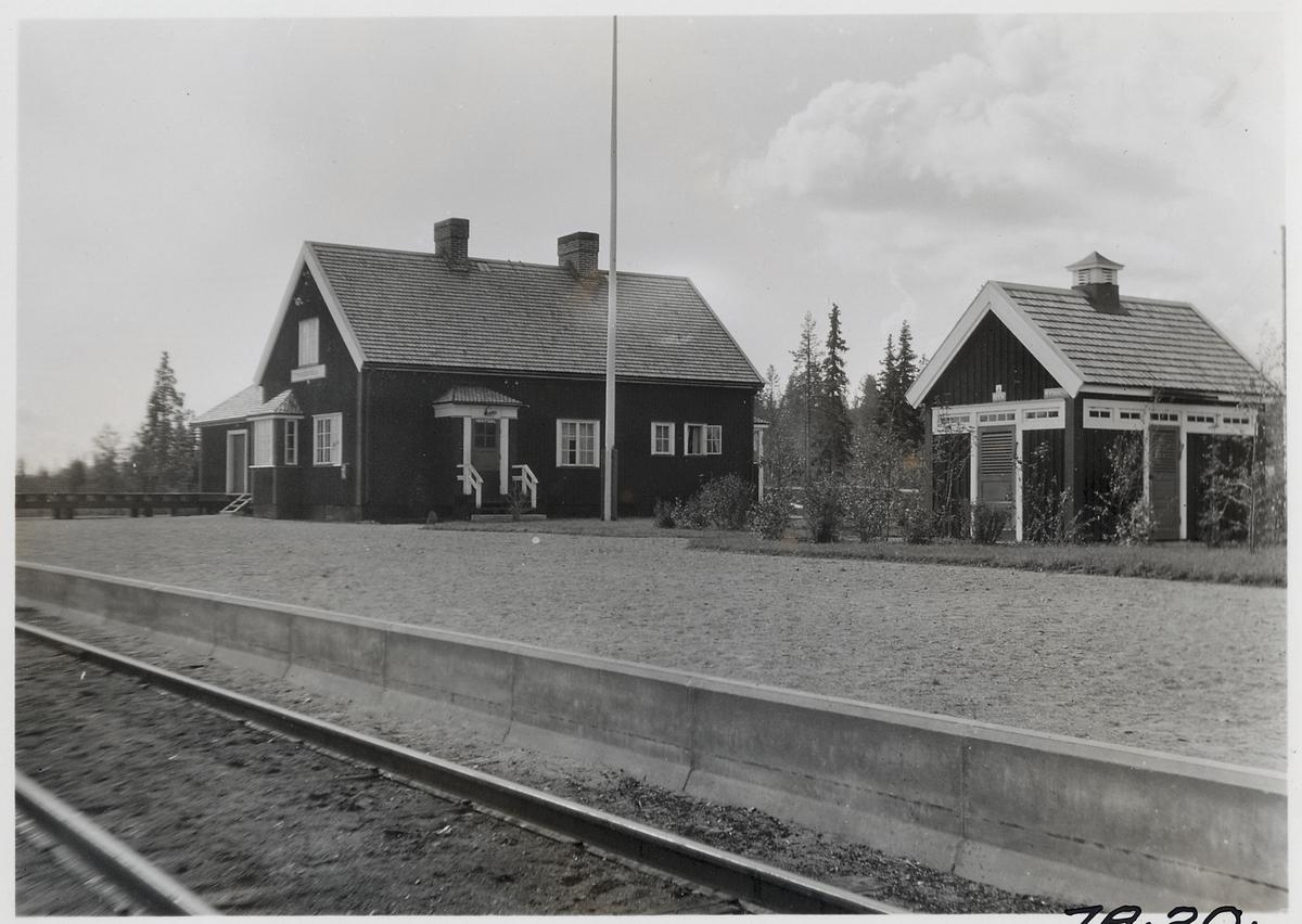 Missenträsk station. Statens Järnvägar, SJ.Hållplats anlagd 1927. Banan öppnades 1928 och trafiken upphörde 1990. Efter nedläggningen blev det uthyrning av cykeldressiner på banan som upphörde 2010. Byn är mest känd som Sara Lidmans hemby.