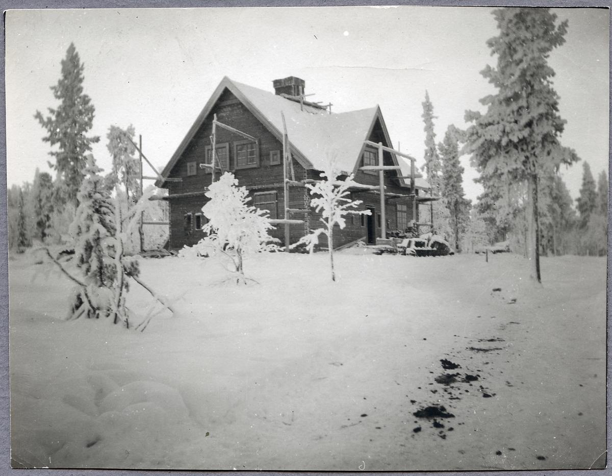 Vinterlandskap över boställningshus vid Porjus under byggnad vintern 1911-1912.