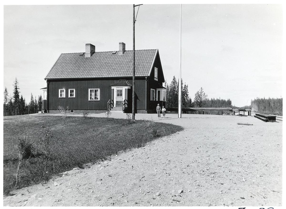 Husbyggnad med väntsal gamla stations stugan ser vi på bilden.