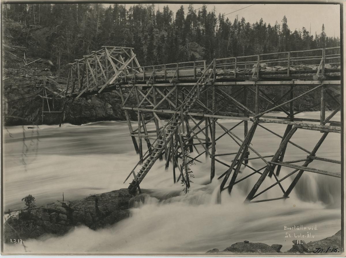 Järnvägsbrobygge vid Stora Luleälven. Provisorisk landsvägsbro vid Stora Luleälven.