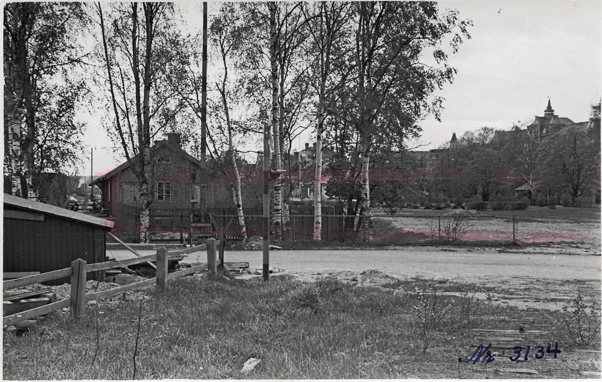 Hudiksvall, plats för bussgarage 1938-05-20,  järnvägsövergång med Ljussignal och järnvägsbommar.