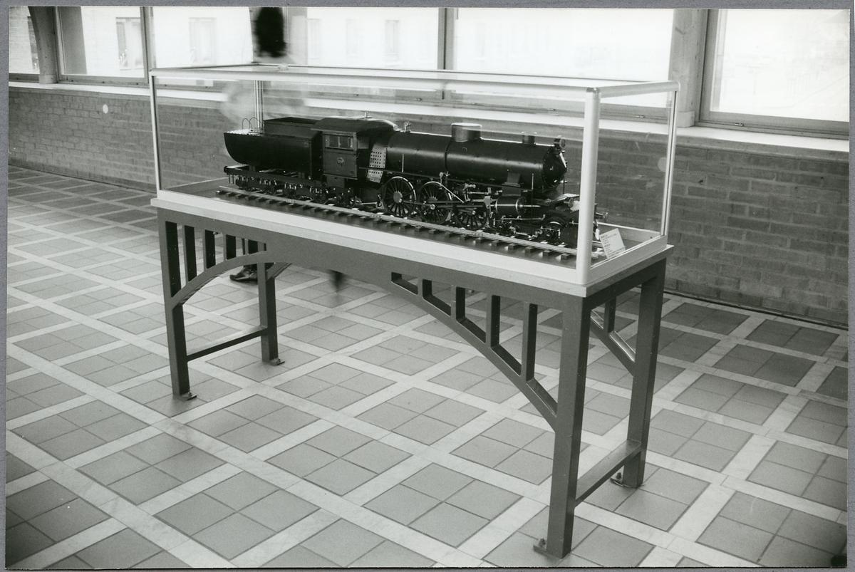 Jönköping Central. Modell av ånglok i glasmonter.