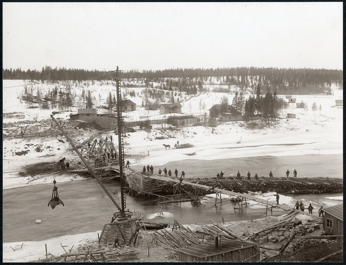 Bygge av bro över Skellefteälven pågår,  på linjen mellan Klutmark och Slind då statsbanan Bastuträsk-Skellefteå-Skelleftehamn byggdes.