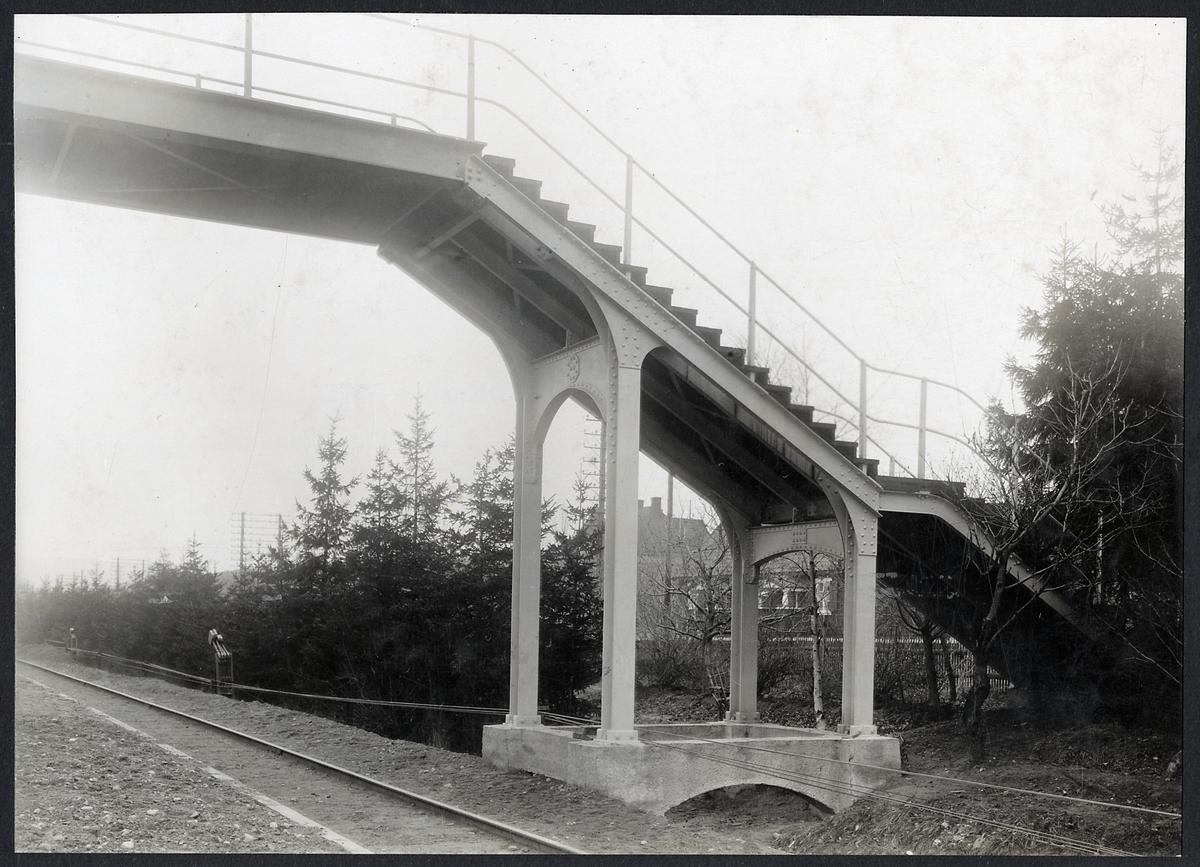 Gångbro över bangården i Stenungsund.