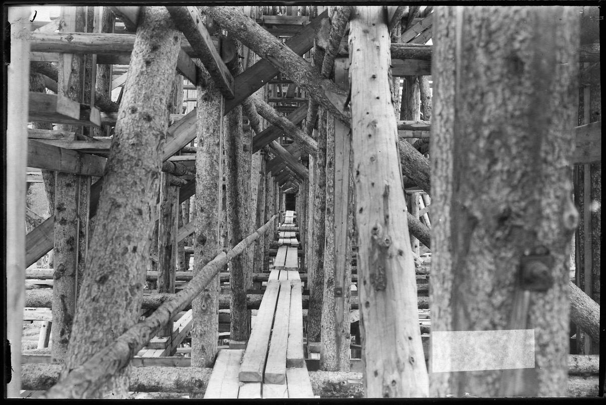 Byggnadsställningen när man byggde bron över Öreälven.