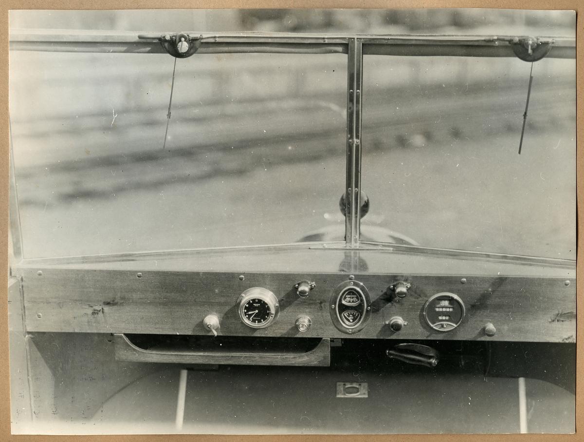 Fotografi på instumentbrädan i en motordressin. Klocka, mätare för ampere och olja.