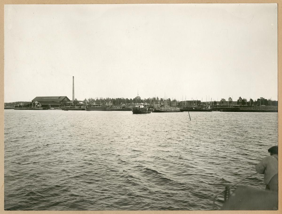 Bogserbåt med sliperspråmar på utgående, Statens Järnvägars slipersfabrik i Piteå.
