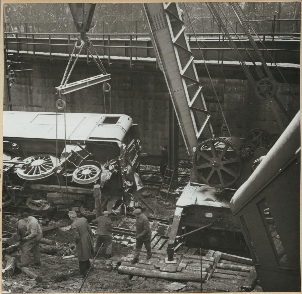 """Ångkran SJ A1 """"Nässjö"""" rätar upp SJ Dk 539 parallellt med spåret vid tågolyckan i Tomteboda 1950."""