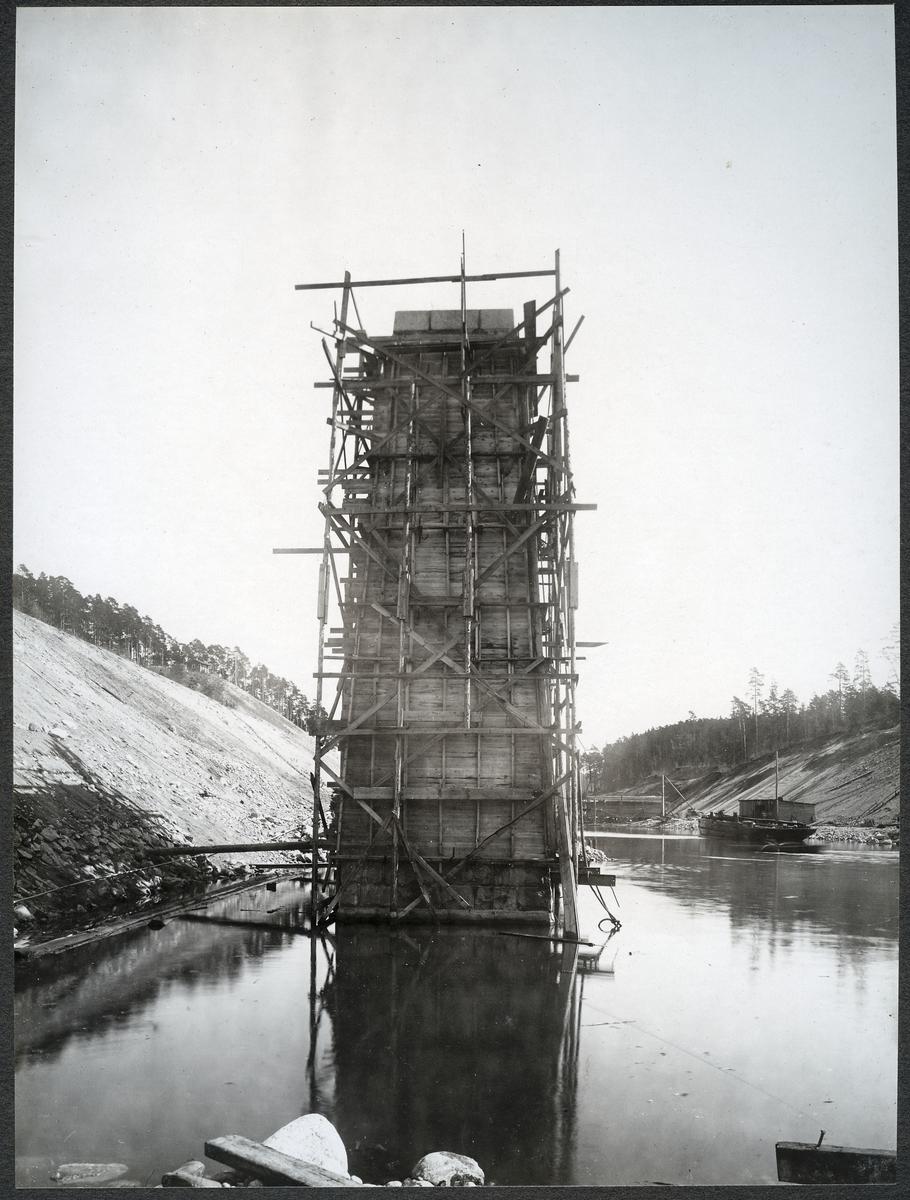 Brobygget för dubbelspåret över kanalen mellan Rönninge-Ström.