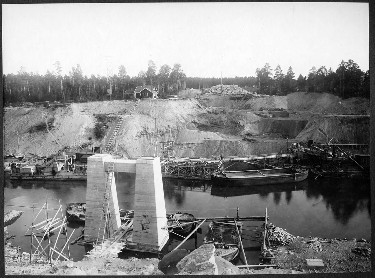 Brobygget för dubbelspåret över kanalen mellan Rönninge-Ström,.