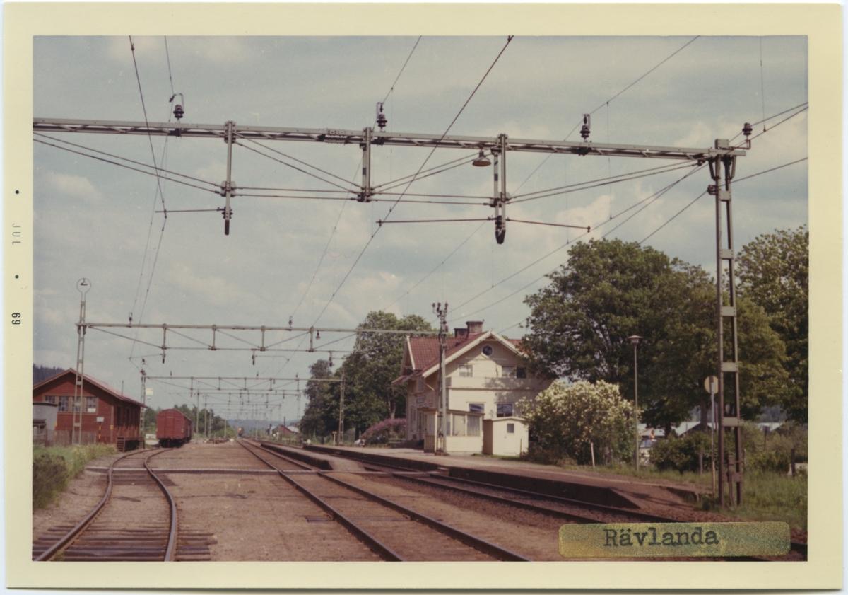 Vy vid Rävlanda. Station anlagd 1893. Vagnslasttrafiken upphörde fr o m 1 oktober 1989. Stationen fjärrstyrs från Göteborg sedan 27 september 1993. Stationshuset kvar, men används nu som utställningslokal