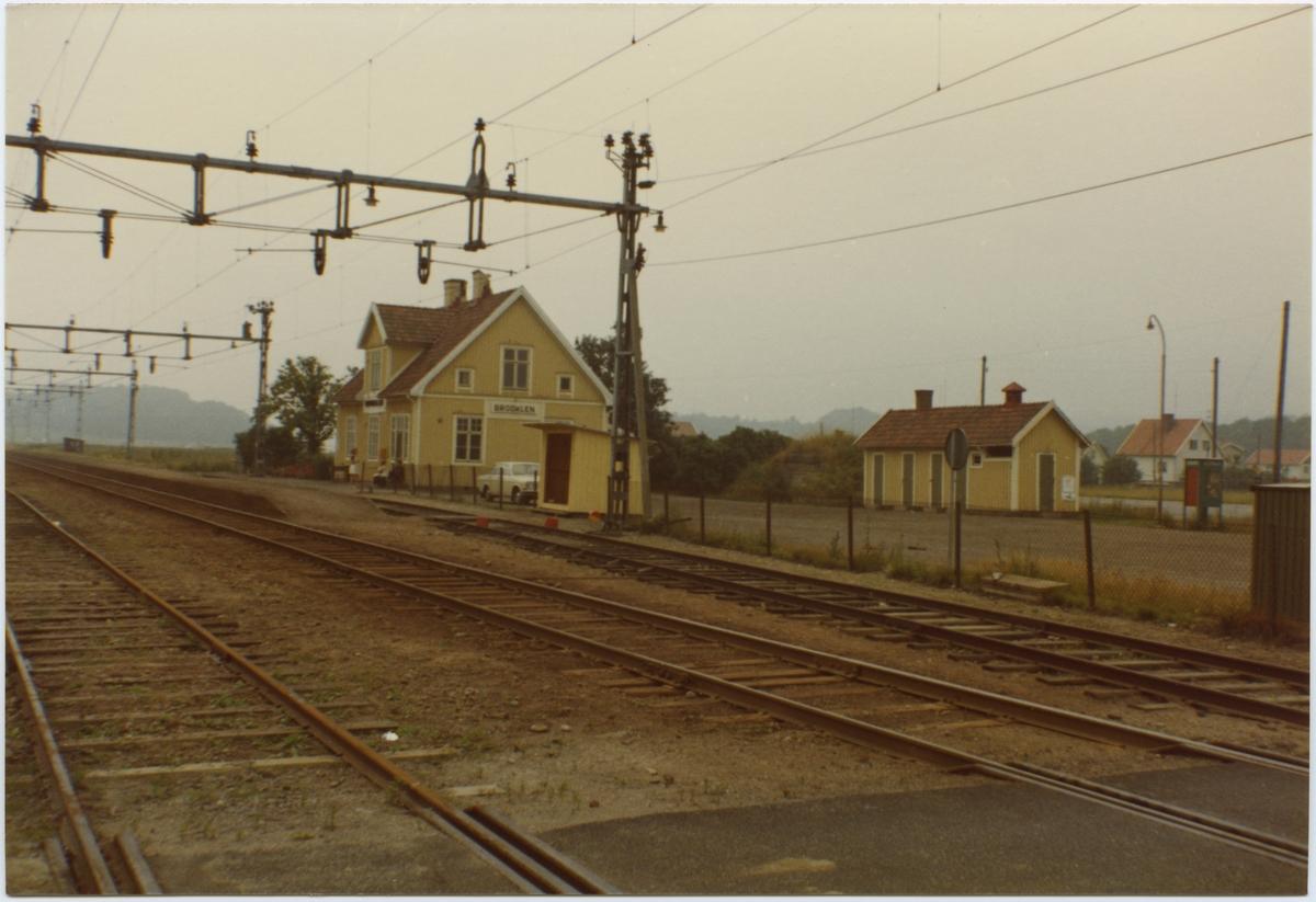 Lysekils Järnväg, LYJ, Stationen anlades 1913. Stationshus i ett och ett halvt plan, i trä. Vid dressinboden står en volvo. Statligt 1939-07-01, Elektrifering 1950-06-10, Fjärrblockering 1957.