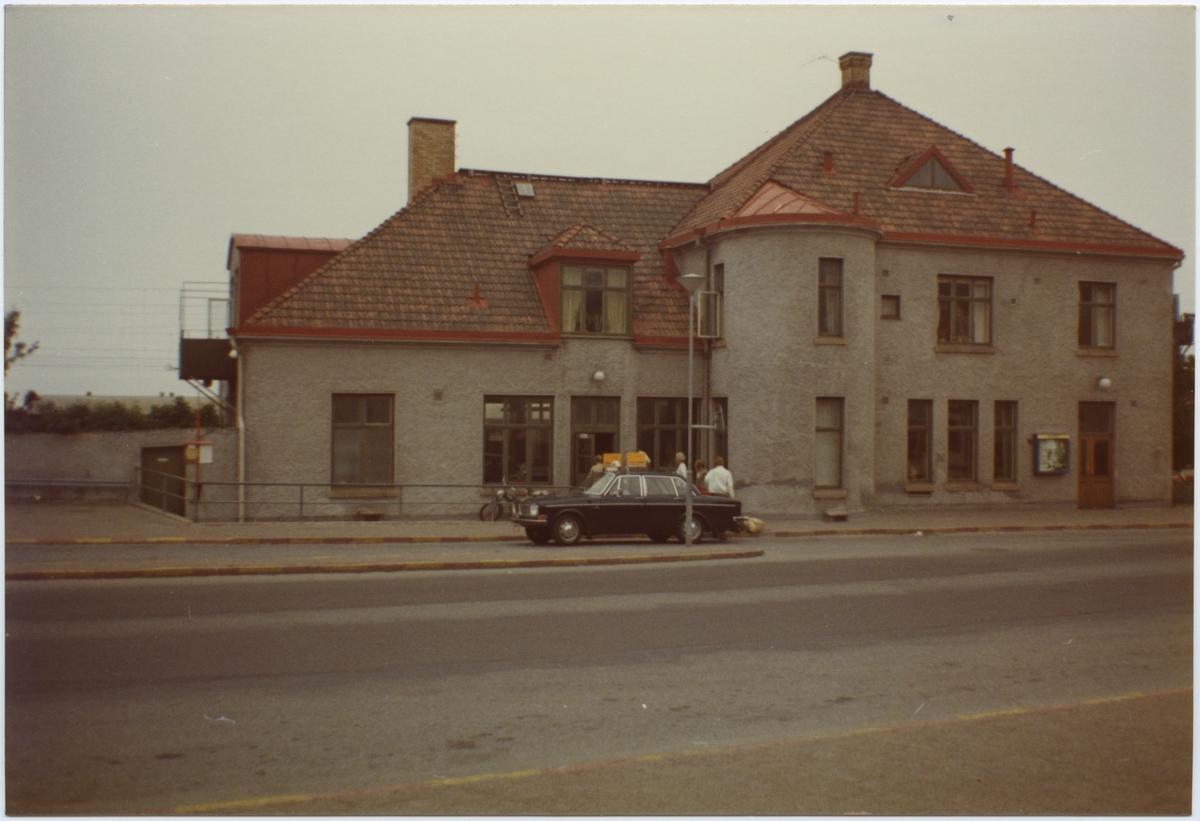 Lysekils Järnväg, LYJ, Stationen anlades 1912. Stationshus i två våningar i sten. Statligt 1939-07-01, Elektrifering 1950-06-10, Fjärrblockering 1957.