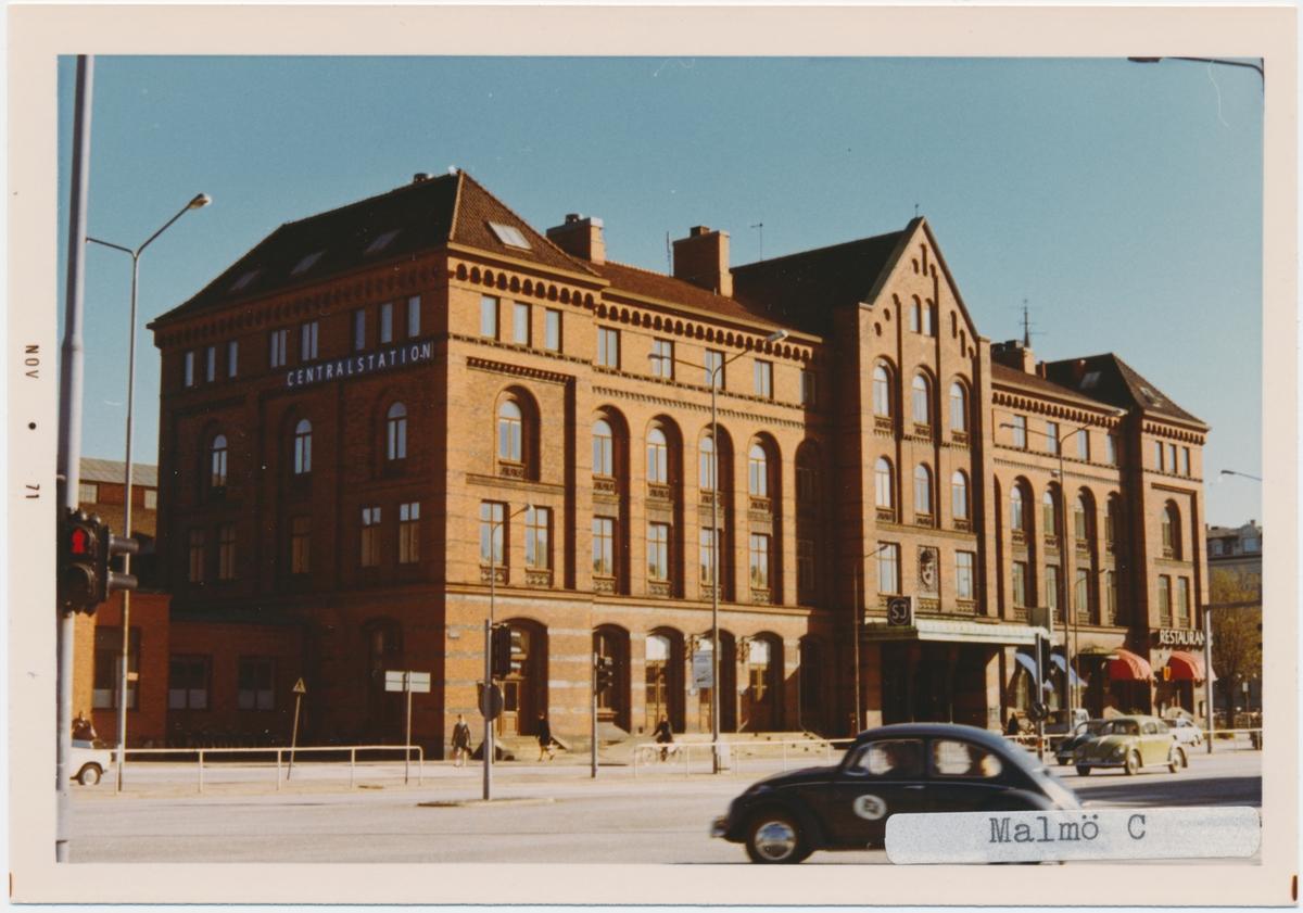Malmö station 1971.Statens Järnvägar, SJ. Det första stationshuset invigdes 1856, men förstördes delvis i en brand 1866. Vid återuppbyggnaden kunde bara klocktornet bevaras och det andra stationshuset invigdes 1872. Med tiden anslöts fler banor till Malmö och det stora nya stationen med 4 nya spår blev klar 1891.1924 byggdes den nuvarande stationshuset. Banan elektrifierades 1933.