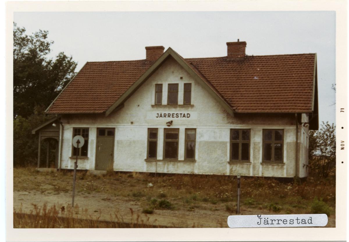 Järrestad station 1971. Simrishamn - Tomelilla Järnväg, CTJ. Stationen öppnades 1882. Blev hållplats 1959 som lades ner 1985. Öppnade en ny hållplats 100 m västerut 1985. Det första stationshuset byggdes 1882 och det andra stationshuset byggdes 1914. Det finns kvar fortfarande som privatbostad. Banan elektrifierades 1996.